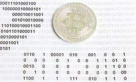 Bitcoin sui precedenti del codice binario Fotografie Stock