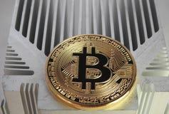 Bitcoin sul profilo di alluminio Fotografie Stock