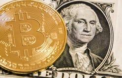 Bitcoin sull'una banconota del dollaro fotografia stock