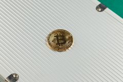 Bitcoin sulla cartella di alluminio Immagine Stock