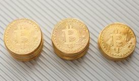 Bitcoin sulla cartella di alluminio Immagini Stock Libere da Diritti