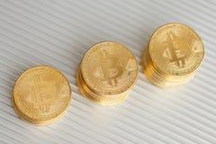 Bitcoin sulla cartella di alluminio Fotografia Stock