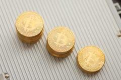 Bitcoin sulla cartella di alluminio Fotografia Stock Libera da Diritti