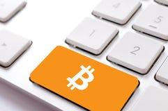 Bitcoin sulla tastiera Fotografie Stock Libere da Diritti