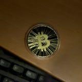 Bitcoin sulla tastiera dello scrittorio Fotografie Stock Libere da Diritti