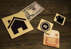 Bitcoin sulla torre di legno delle particelle elementari Concetto per il rischio del bitcoin o la strategia del bitcoin fotografia stock libera da diritti