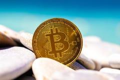Bitcoin sulle pietre del mare, nel mare del fondo Concetto indipendente immagine stock libera da diritti