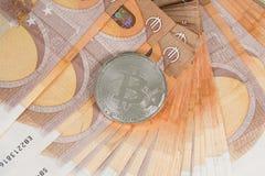 Bitcoin sur des billets de banque de 50 euros Photographie stock libre de droits