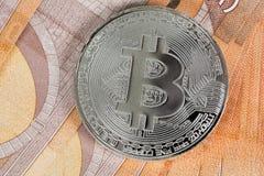 Bitcoin sur des billets de banque de 50 euros Image libre de droits
