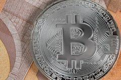 Bitcoin sur des billets de banque de 50 euros Photos libres de droits