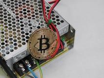 Bitcoin sur l'alimentation d'énergie photos stock