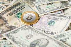 Bitcoin sur le fond des dollars Image stock
