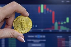 Bitcoin sur le fond des graphiques croissants photographie stock libre de droits