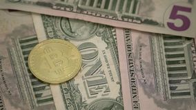 Bitcoin sur les billets de banque américains du dollar Devise nationale des Etats-Unis Devise de Digital et argent traditionnel d banque de vidéos