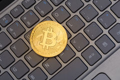 Bitcoin sur un clavier d'ordinateur portable images stock