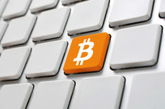 Bitcoin-Symbol auf Computertastatur Stockfotos