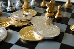 Bitcoin-Symbol auf SchachBrettspiel Lizenzfreie Stockfotos
