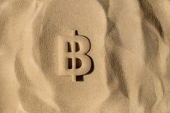 Bitcoin symbol Pod piaskiem zdjęcie royalty free