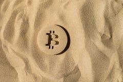 Bitcoin symbol Pod piaskiem obraz royalty free