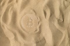 Bitcoin symbol Pod piaskiem zdjęcie stock