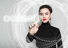Bitcoin-Symbol und weibliche Hand Blockchain überträgt Konzept Lizenzfreie Stockfotografie