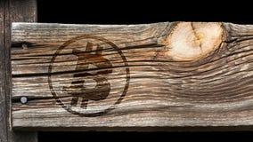 Bitcoin tecken på ett gammalt träbräde fotografering för bildbyråer