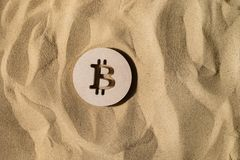 Bitcoin tecken på sanden royaltyfria foton