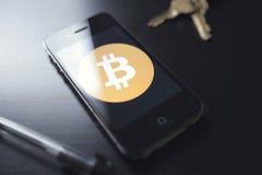 Bitcoin teknologi på smartphonen Arkivbilder