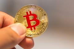 Bitcoin ter beschikking, oorlog van bitcoin, trekkracht bitcoin met hand aan hand, m stock afbeelding