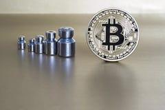 Bitcoin tiende a la perdida de peso y al crecimiento del cryptocurrency El concepto de dinámica al tipo de cambio  imágenes de archivo libres de regalías