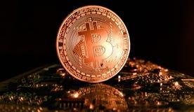 Bitcoin - tiro ascendente cercano en un ambiente moderno de la informática Fotos de archivo libres de regalías