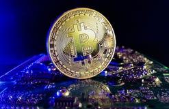 Bitcoin - tiro ascendente cercano en un ambiente moderno de la informática Foto de archivo
