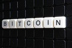 Bitcoin-Titeltext-Wortkreuzworträtsel Alphabetbuchstabe blockiert Spielbeschaffenheitshintergrund Weiße alphabetische Buchstaben  Stockfotografie