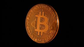 Bitcoin tournant sur un fond de blacck clips vidéos
