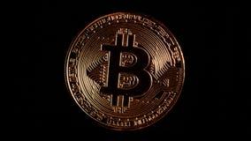 Bitcoin tournant sur un fond noir clips vidéos