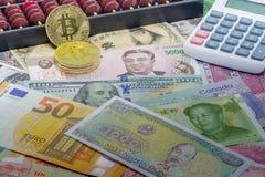 Bitcoin of Traditionele Munten - wat is de beste investering? royalty-vrije stock afbeelding