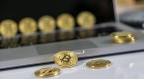 Bitcoin ukuwa nazwę symbol na laptopie crypto waluta znak Przyszłościowego pojęcia pieniężna waluta zdjęcie stock
