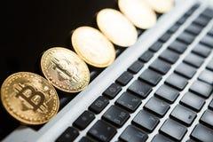 Bitcoin ukuwa nazwę symbol na laptopu pojęcia przyszłościowej pieniężnej waluty waluty crypto znaku Obrazy Stock