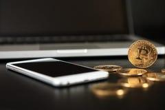 Bitcoin ukuwa nazwę symbol na laptopu pojęcia przyszłościowej pieniężnej waluty waluty crypto znaku Fotografia Royalty Free