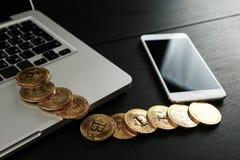 Bitcoin ukuwa nazwę symbol na laptopu pojęcia przyszłościowej pieniężnej waluty waluty crypto znaku Zdjęcia Stock