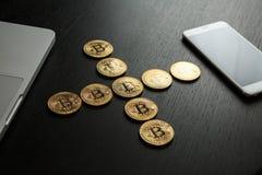 Bitcoin ukuwa nazwę symbol na laptopu pojęcia przyszłościowej pieniężnej waluty waluty crypto znaku Fotografia Stock