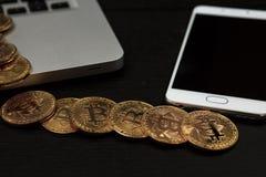 Bitcoin ukuwa nazwę symbol na laptopu pojęcia przyszłościowej pieniężnej waluty waluty crypto znaku Obraz Royalty Free