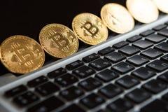 Bitcoin ukuwa nazwę symbol na laptopu pojęcia przyszłościowej pieniężnej waluty waluty crypto znaku Zdjęcia Royalty Free