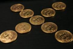 Bitcoin ukuwa nazwę symbol na laptopu pojęcia przyszłościowej pieniężnej waluty waluty crypto znaku Obrazy Royalty Free