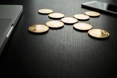 Bitcoin ukuwa nazwę symbol na laptopu pojęcia przyszłościowej pieniężnej waluty waluty crypto znaku Zdjęcie Royalty Free