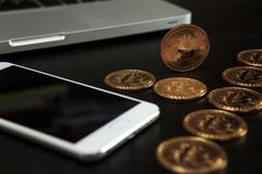 Bitcoin ukuwa nazwę symbol na laptopu pojęcia przyszłościowej pieniężnej waluty waluty crypto znaku Obraz Stock