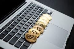 Bitcoin ukuwa nazwę symbol na laptopu pojęcia przyszłościowej pieniężnej waluty waluty crypto znaku Zdjęcie Stock