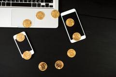 Bitcoin ukuwa nazwę symbol na laptopu przyszłościowego pojęcia pieniężnej walucie Zdjęcie Royalty Free