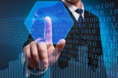 Bitcoin Um homem em um terno e em um laço clica o indicador no fotos de stock