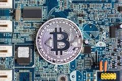 Bitcoin umieszcza na płycie głównej, obowiązującej biznes Zdjęcia Stock
